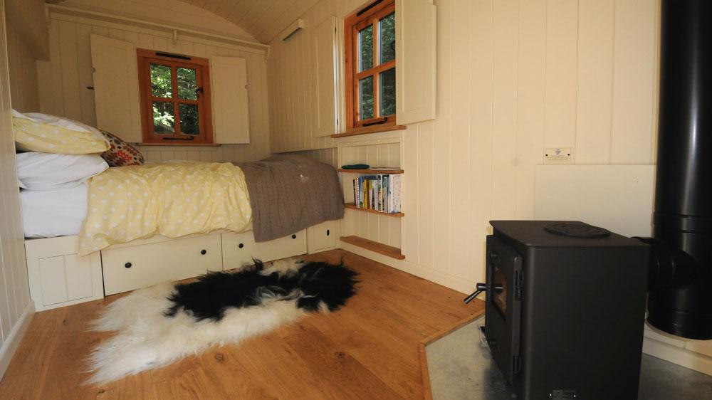Shepherd's-hut-interior-bedroom