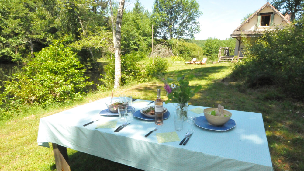 Table laid outside at Poacher's Cabin